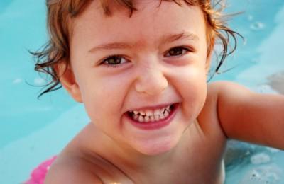 Kleines Kind Badespaß